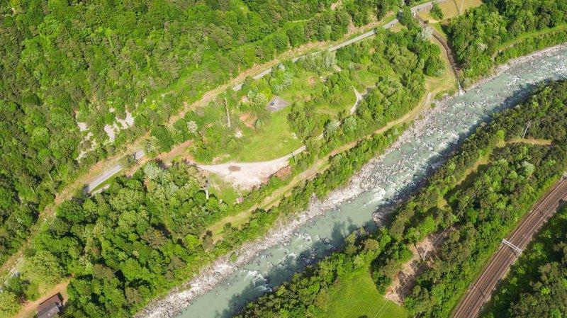 Le site de forage (triangle gris) se situe sur le canton de Vaud, mais selon les conditions du sous-sol, une partie du forage pourrait se retrouver sur le territoire valaisan.