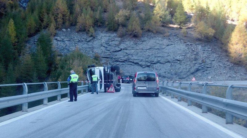 Le conducteur du camion s'en sort sans blessures sévères.