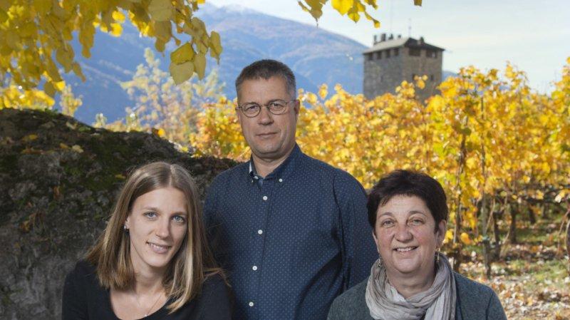 Anne-Catherine et Denis Mercier, ici avec leur fille Madeleine qui a repris la cave familiale, ont accédé au titre prestigieux d'«icônes du vin suisse».