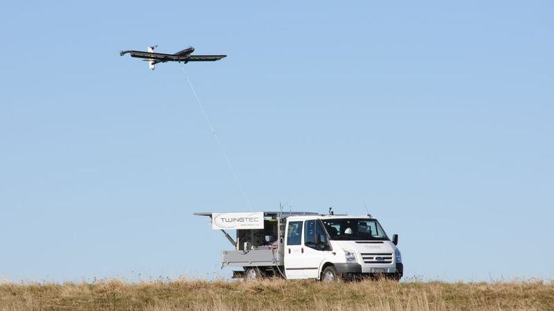 Vol d'essai sur les hauteurs de Chasseral: le prototype s'est élevé dans le ciel, y a tourné 30 mn en produisant de l'électricité avant de se reposer de lui-même sur sa plateforme de départ.
