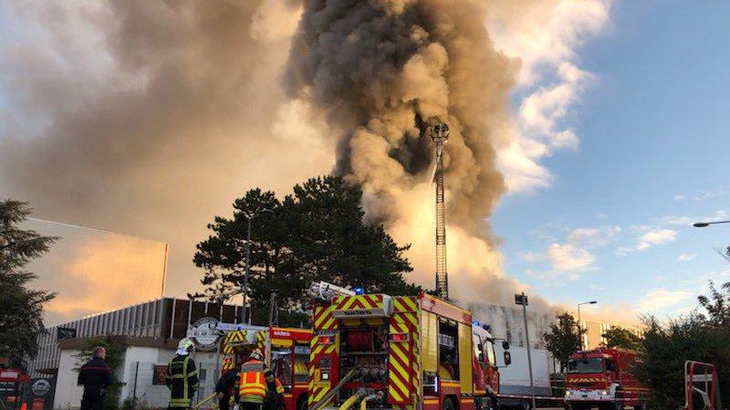 France: un entrepôt industriel de Villeurbanne, près de Lyon, ravagé par un incendie