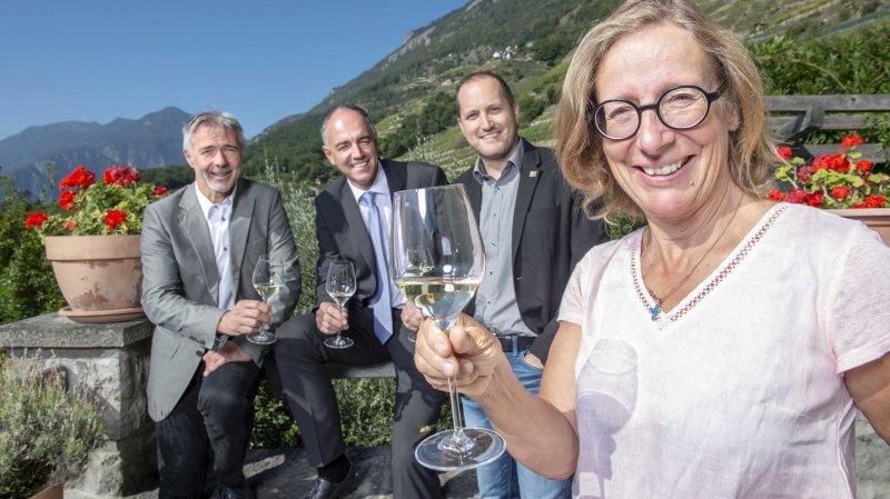 Les vins du Valais intègrent enfin la marque Valais pour le plus grand plaisir de Yvan Aymon (président de l'interprofession de la vigne et du vin du Valais), Christophe Darbellay (chef du département de l'économie et de la formation), Raphaël Favre (directeur Business Dévelopment Valais/Wallis promotion) et Marie-Thérèse Chappaz (présidente de l'Union des vignerons-encaveurs valaisans .
