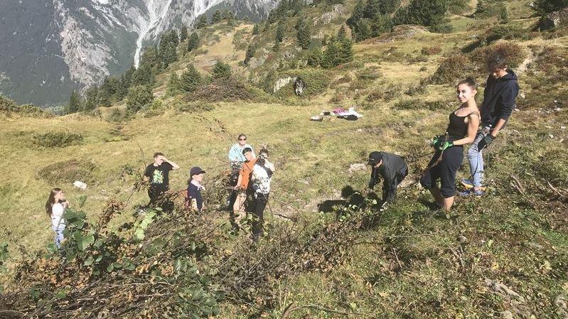 Les élèves de l'Eracom et leurs enseignantes en plein travail aux abords de la cabane Brunet.