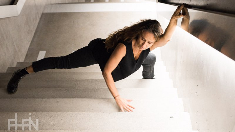 Christine D'Andrès déconstruit le spectacle traditionnel, allant jusqu'à danser dans un solo de 7 heures.