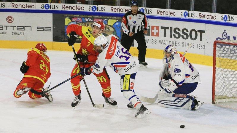 Gill Ducret et Eliott Meyrat menacent le but zurichois défendu par Patrick Sidler et le gardien Wolfgang Zürrer.