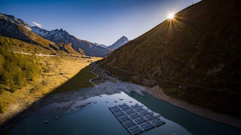 Les panneaux solaires flottent sur le lac des Toules.