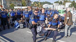 Entre militants et police, ils observent