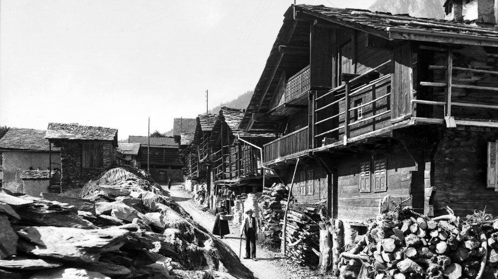 Mis à part quelques détails, la rue Principale des Marécottes, immortalisée ici vers 1920, est tout à fait reconnaissable de nos jours.