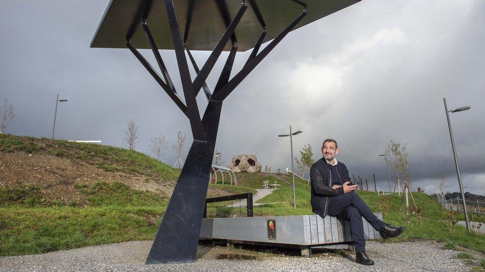 Thierry Galladé est le fondateur de Public-Places, l'entreprise à l'origine de cet arbre solaire d'un peu plus de 4 mètres de haut.