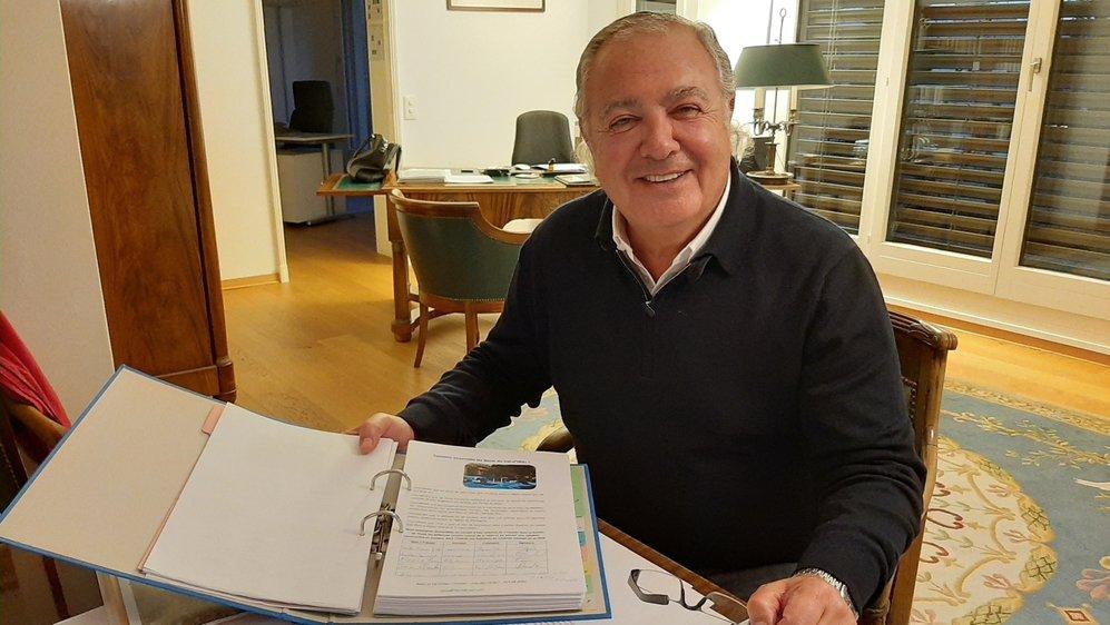 Richard Cohen montre la pétition populaire qu'il a reçue à la suite de la fermeture des Bains.