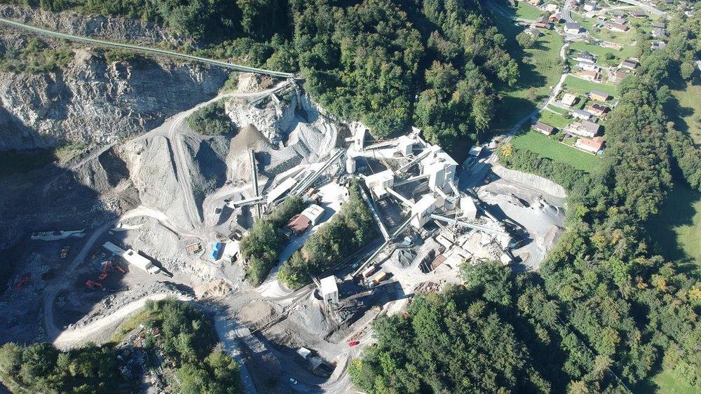 La carrière extrait du grès, une roche dure utilisée comme ballast ou comme gravillon pour la construction des routes.