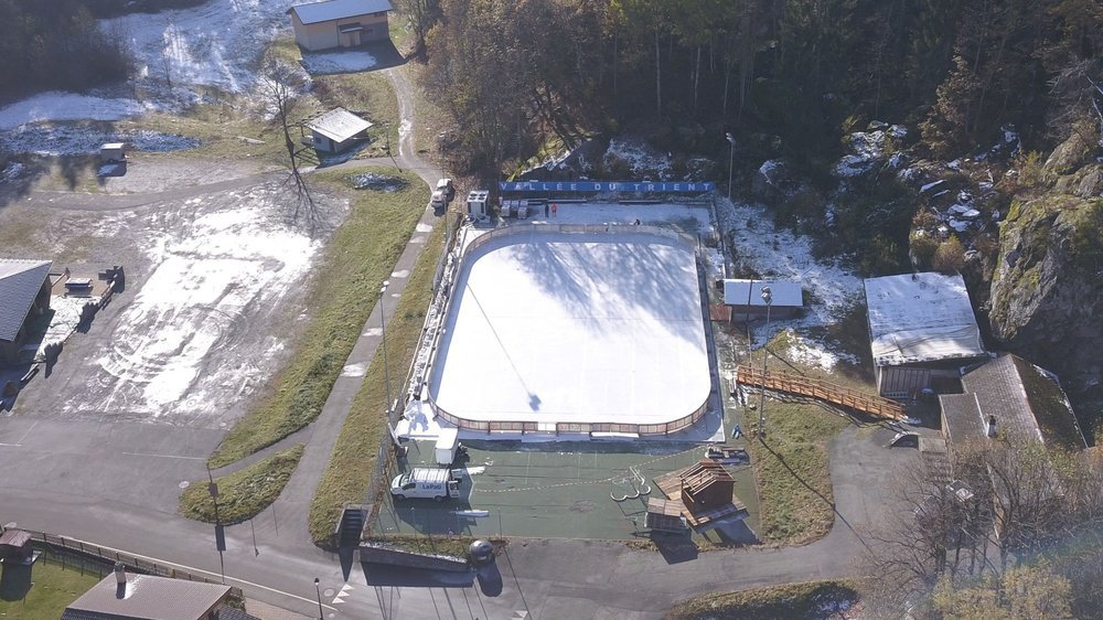 La patinoire de Salvan se trouve au fond du village. Elle restera ouverte au moins jusqu'à carnaval.