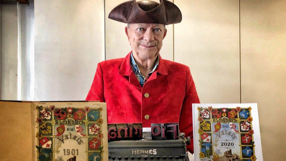 André Fiorina, dont l'imprimerie assure depuis 1937 l'édition de l'«Almanach du Valais», pose en messager entre le premier numéro de 1901 et celui de 2020.