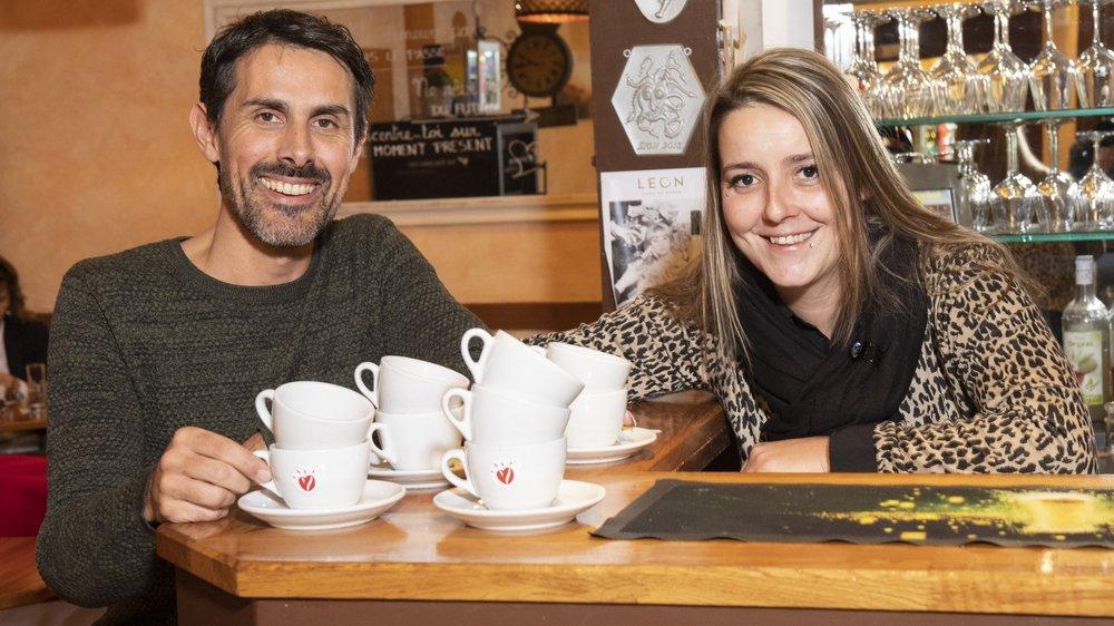 Frank Bonvin, initiateur du concept «café suspendu», et Albane Blanc, patronne de La clef à Sion, sont ravis d'accueillir les donateurs et les bénéficiaires des cafés.