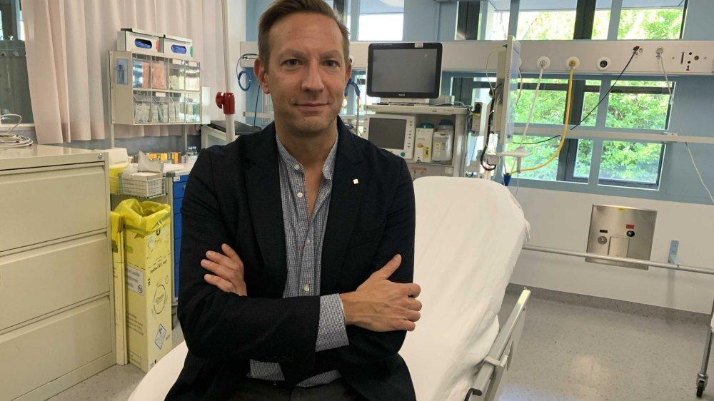 Le Dr Sacha Celik dans l'une des deux salles de la nouvelle unité d'électroconvulsivothérapie qui a trouvé place au rez-de-chaussée de l'hôpital de Martigny.