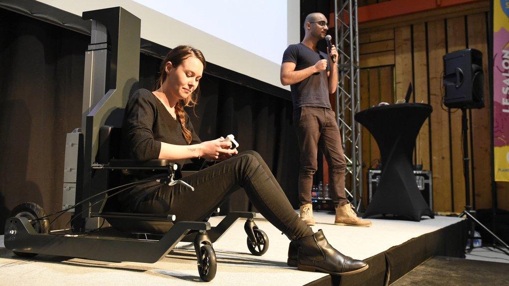 L'assise de la chaise descend au ras du sol, puis remonte pour repositionner l'utilisateur sur ses jambes.