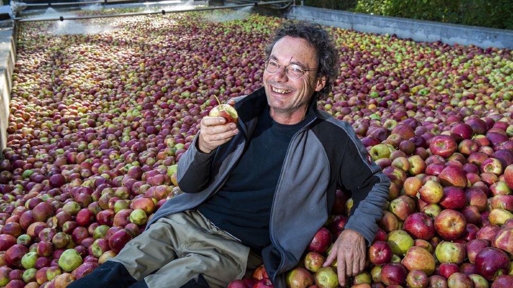 Jean-Yves Clavien participe à la valorisation des fruits du Valais, en travaillant pour Iris et ses compotes de fruits, poire williams, abricot/pomme et pommes.
