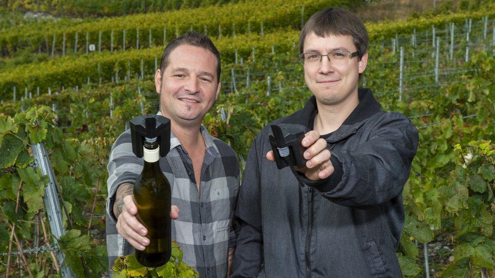 Après deux ans de recherche et de développement, Grégory Denis (à g.) et Grégoire Locher présentent, en première mondiale, leur doseur de vin portable.