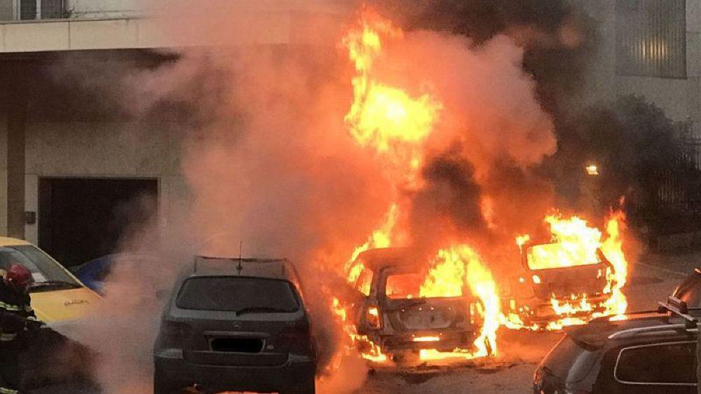 L'incendie s'était rapidement propagé, détruisant trois voitures et en endommageant partiellement quatre autres.