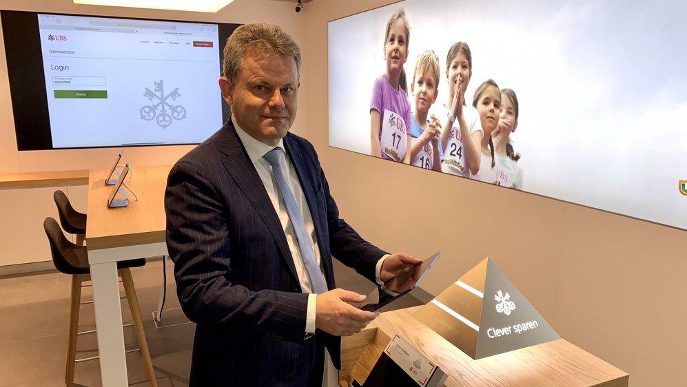 Une tablette avec application 3D en mains, Iwan Willisch, directeur d'UBS pour le Valais, dans cette banque du futur qui ressemble beaucoup à un Apple Store.