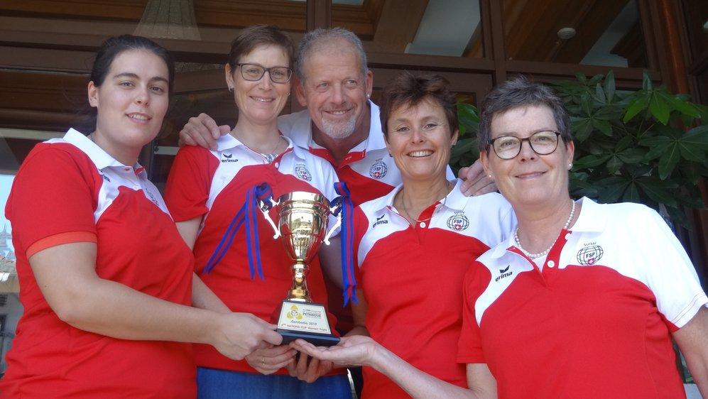 Isabelle Galloni, Ludivine Maître Wicki, Victor Bonetti, coach de l'équipe nationale féminine, Yvonne Schüpbach et Fabienne Galloni présentent le trophée conquis au Cambodge.