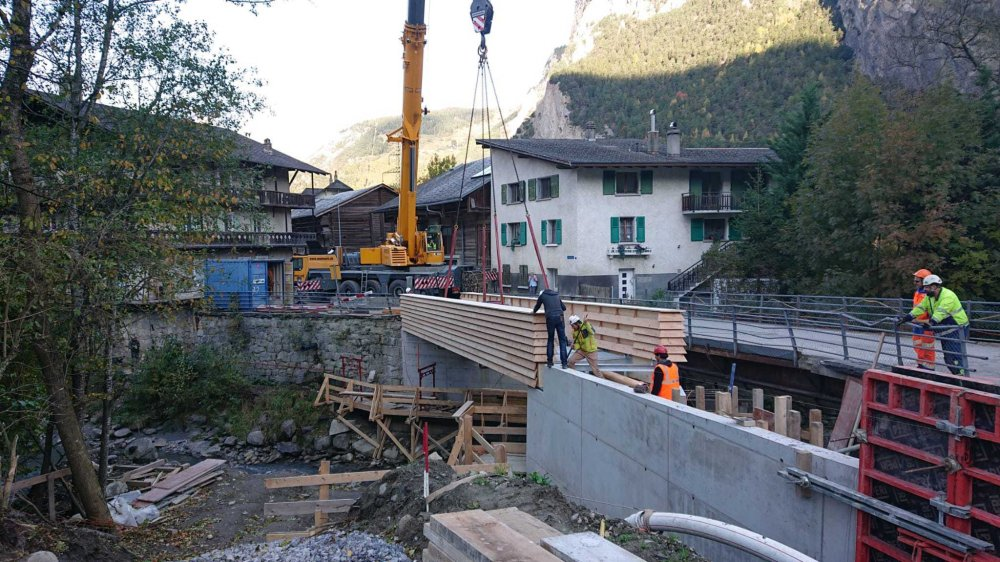 Une passerelle sur la Dranse a été aménagée alors que le pont datant de 1928, à droite, a été démoli il y a une dizaine de jours. Un nouveau pont sera reconstruit d'ici la fin de l'année.