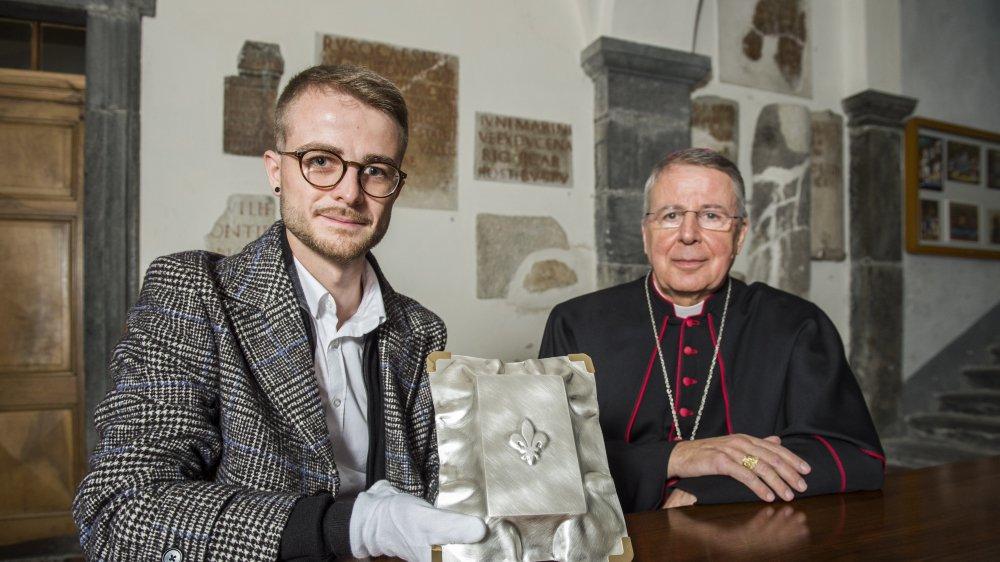Le nouveau reliquaire présenté à l'abbaye de Saint-Maurice par le lauréat Sylvain Ferrero, étudiant à la HEAD, et l'Abbé Jean Scarcella.