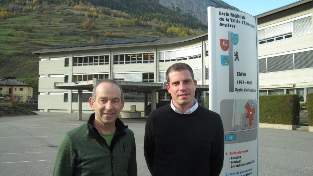 Eric Sarrasin (à g.), fondateur et coordinateur depuis vingt ans de la structure Sport-Arts-Formation, et le directeur Josué Lovey devant le cycle d'orientation d'Orsières.