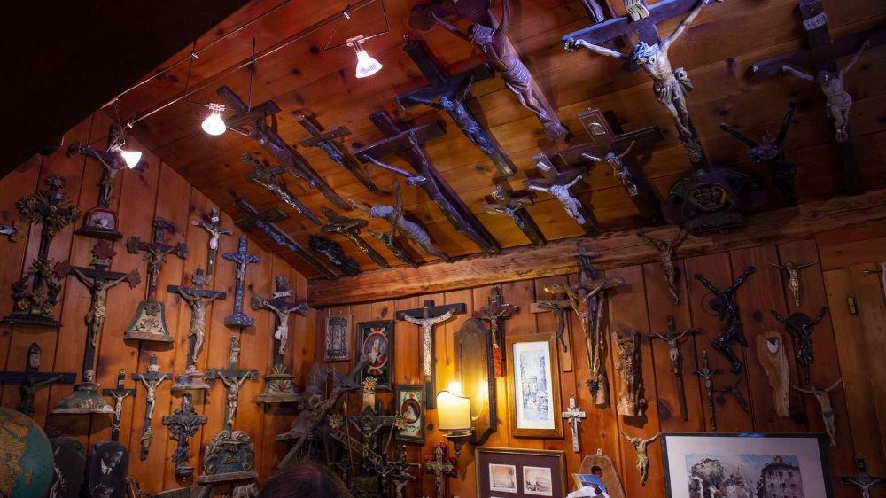 Du monde entier et fabriqués dans des matériaux divers, trois cents crucifix ornent la maison, la cave ou encore l'atelier de Bruno Zufferey.
