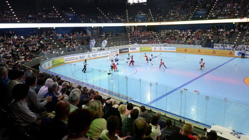 A l'image de la Bossard Arena de Zoug en 2015, la Lonza Arena de Viège se transformera en terrain de street-hockey en juin prochain.