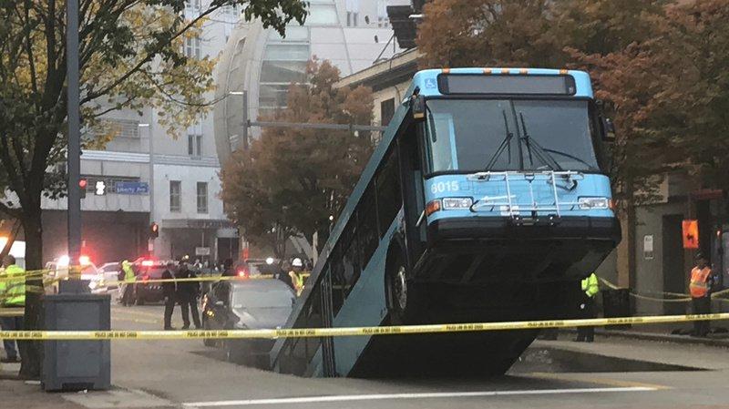 Le bus était arrêté à un feu rouge lorsque le morceau de rue s'est affaissé.