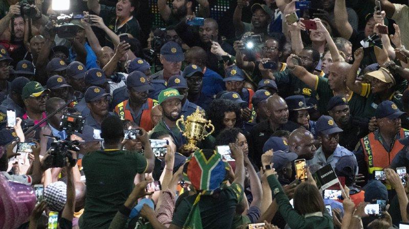 Le capitaine sud-africain Siya Kolisi était bien accompagné pour son retour au pays.