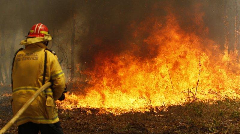 Les pompiers sont débordés par l'étendue de la catastrophe.