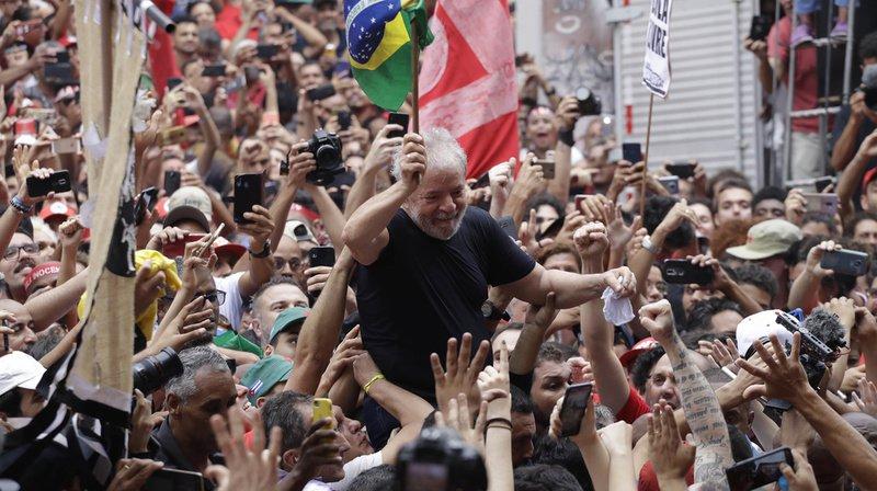 La bataille politique entre l'ancien président Lula et le président actuel Jair Bolsonaro promet de faire rage au Brésil, et de diviser encore un peu plus la population.
