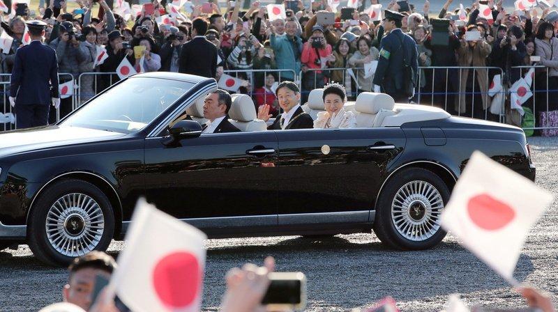 Des dizaines de milliers de Japonais acclament leur nouvel empereur