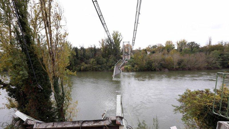 Le pont pourrait avoir craqué sous le poids du camion beaucoup trop lourd.