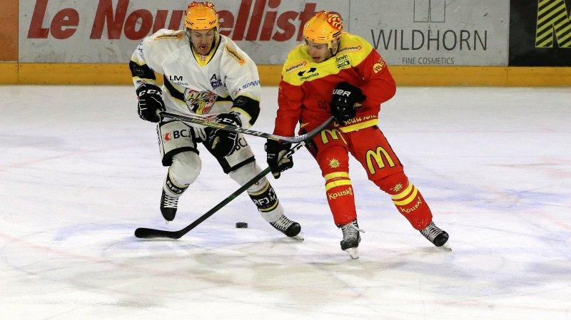 Guillaume Asselin et Sierre  ont mal entamé la partie face au HC Ajoie de Philip-Michael Devos.