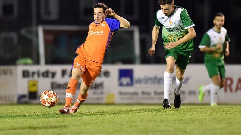 Face à face entre Mickael Dorsaz du FC Leytron et Kilian Almeida du FC Saxon Sports 2.