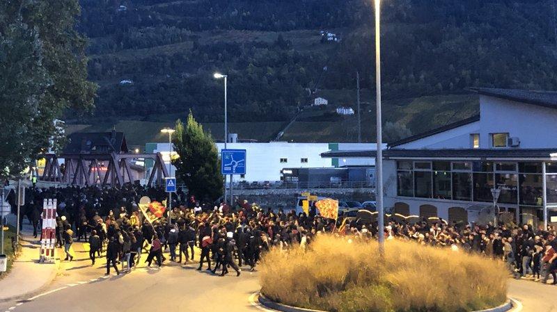 Le cortège des fans du Servette FC s'engage sur le Pont du Rhône lors du déplacement de la gare de Sion au stade de Tourbillon samedi soir