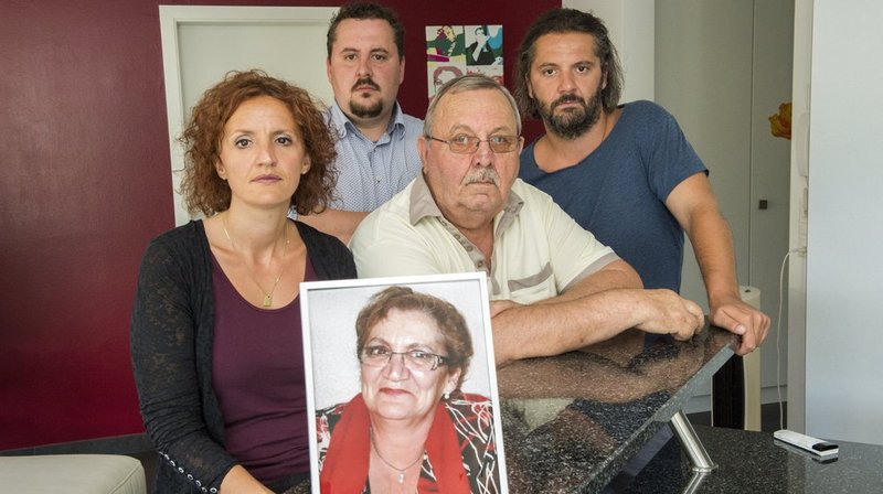 La famille de la patiente décédée, ici avec une photo de Nicole Dubuis, a obtenu l'annulation d'une expertise favorable aux médecins.