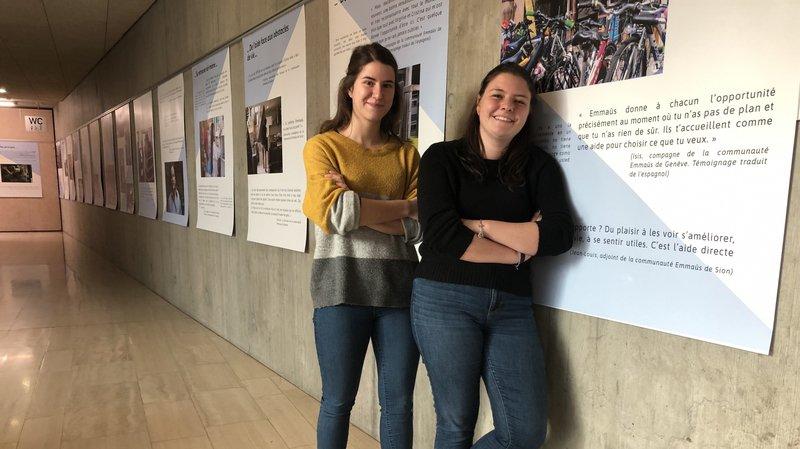 Virginie Terrettaz (à gauche) et Manon Chastelot comptent parmi les huit étudiantes de la HES-SO Valais-Wallis de Sierre qui ont monté cette exposition consacrée à Emmaüs.