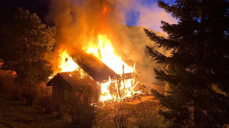 Un chalet est en feu aux Mayens-de-Chamoson.