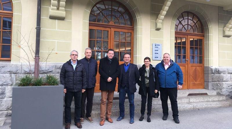 Des élus des deux communes ont participé à l'élaboration du projet qui sera soumis aux citoyens la semaine prochaine. Au centre, les présidents de St-Gingolph (Werner Grange, à gauche) et Port-Valais (Pierre Zoppelletto, à droite).