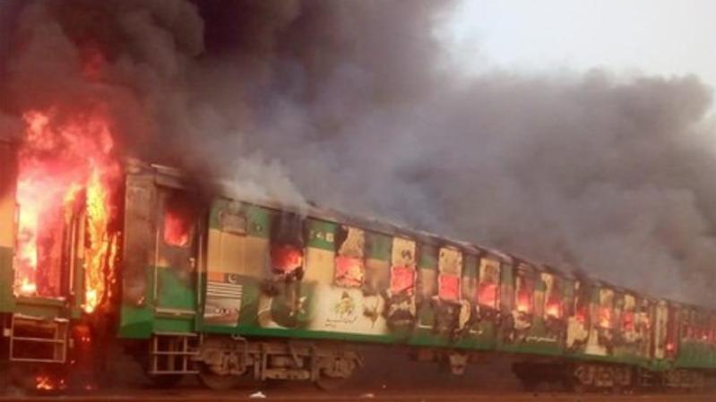 Pakistan: au moins 74 personnes meurent dans l'incendie d'un train de passagers