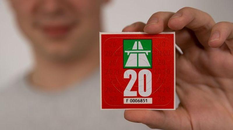 La vignette autoroutière 2020 est rouge métallisé et coûte toujours 40 francs