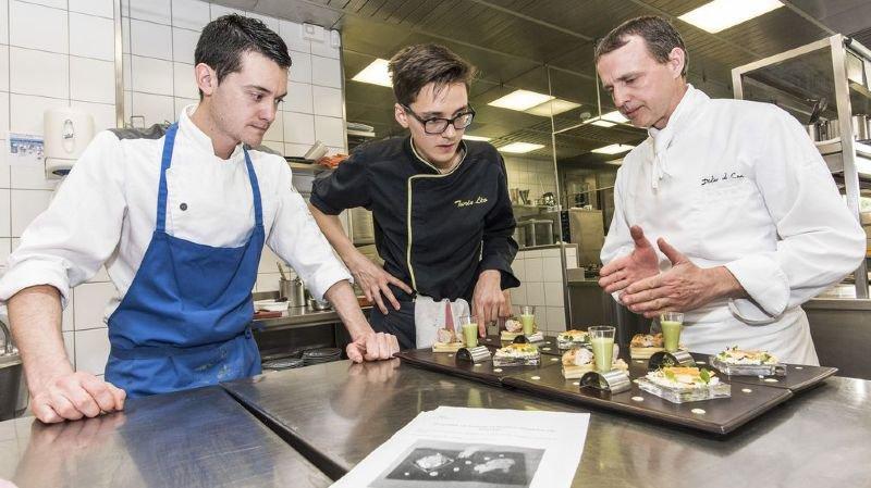 Didier de Courten n'hésite pas à distiller de précieux conseils dans sa cuisine.