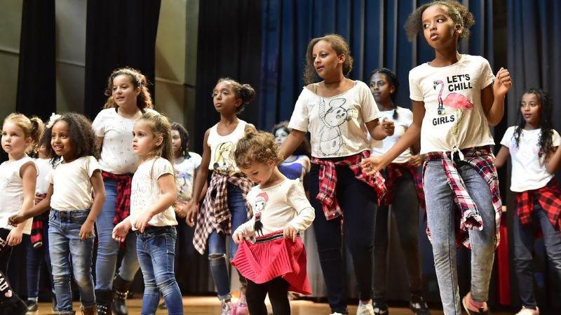 Les enfants montent sur scène pour communiquer l'espace d'une soirée à la salle communale de Martigny.