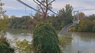 France: un pont s'effondre au nord de Toulouse, un camion et une voiture tombent dans le Tarn. Au moins un mort