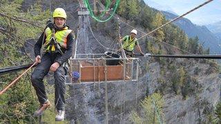 Icogne: suspendus à 70 mètres du sol, ils confectionnent une passerelle pour sécuriser le sentier du bisse du Ro