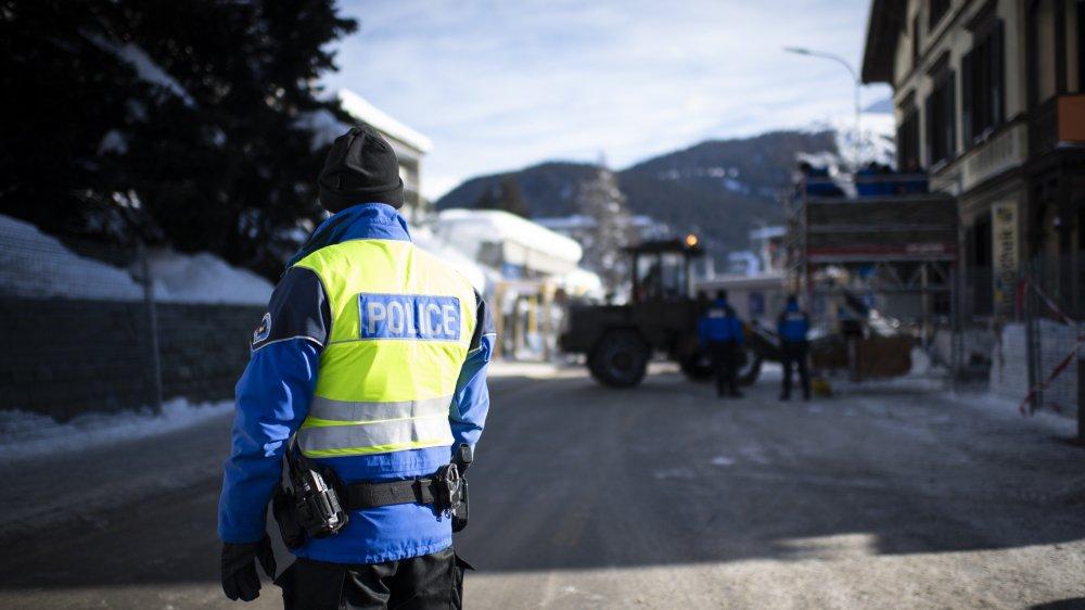 Des gendarmes de la Suisse entière participent à la sécurisation de l'événement davosien.
